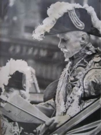 Sir Gerald Woods Wollaston, Norroy and Ulster King of Arms, reading the Proclamation from an open landau.